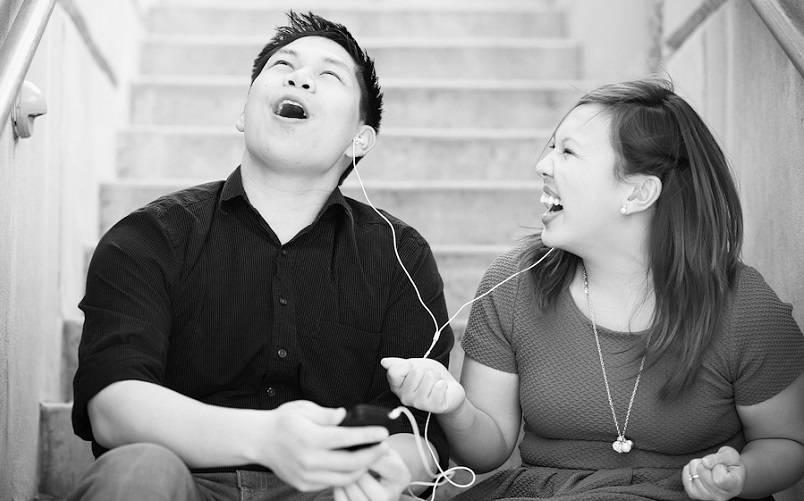 Mendengarkan Music Bersama