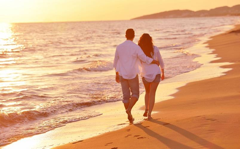 Menikmati Suasana Pantai