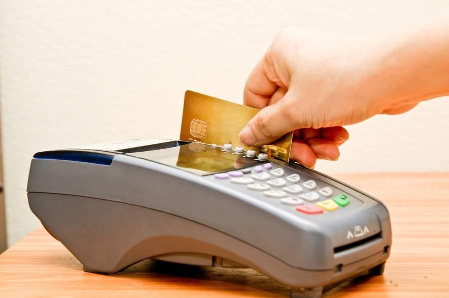 Menggunakan Kartu Kredit Berlebihan
